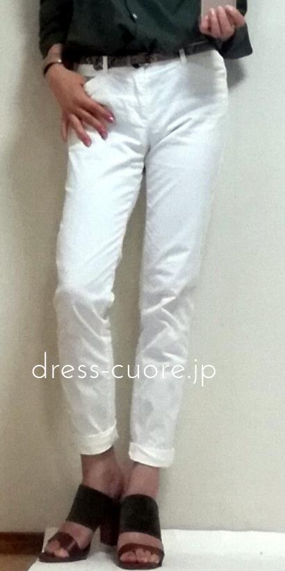 白いパンツとカーキシャツのコーデ