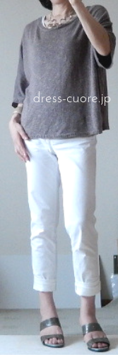 白いパンツとサマーニットのコーデ