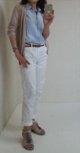 ユニクロのリネンシャツと白いパンツ
